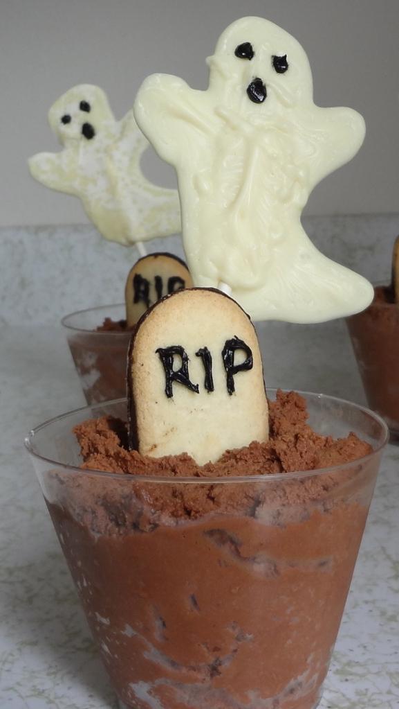 Adult Dirt Dessert! Such a cute Halloween dessert from The Culinary Capers!
